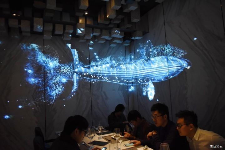 游走在餐厅中的3D全息投影技术